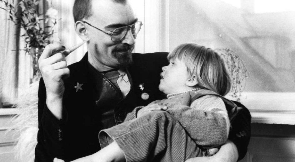 Lotus Turéll med sin far, digteren Dan Turéll.
