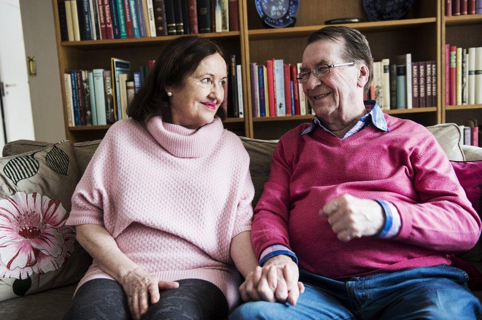 """Forfatter Benny Andersen med sin kone Elizabet Ehmer, fotograferet i deres hjem til en artikelserie om """"Moden Kærlighed"""" til Liv & Sjæl."""