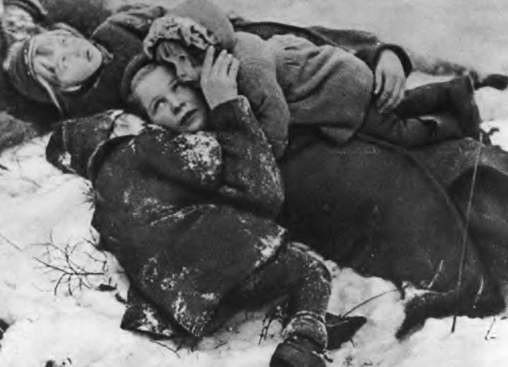 """Finske børn under beskydning i Vinterkrigen. På landet var civilbefolkningen ofte dårligt beskyttet fjendens bombardementer. Fotoet er fra """"Finland i krig 1929-1940"""" og gengivet i bogen """"De gode hensigters tid""""."""