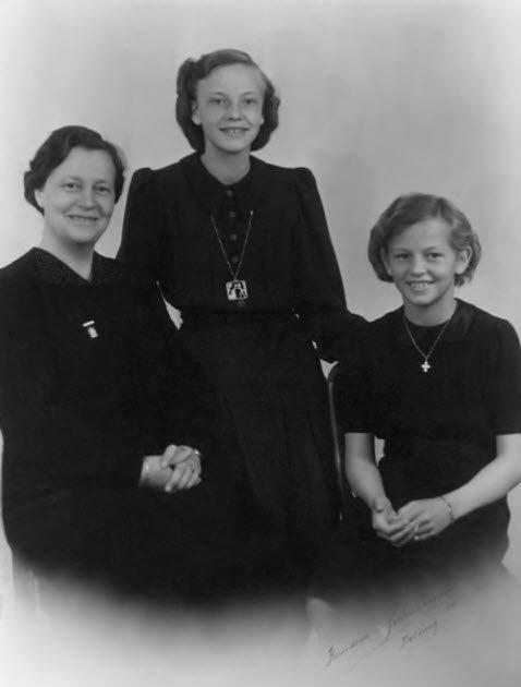 Tapio Juhls danske mor, Karen Juhl, med Ulla og Inge, hans danske søstre. Fotoet er taget før Tapio som to-årig kom til Danmark. Foto fra bogen.