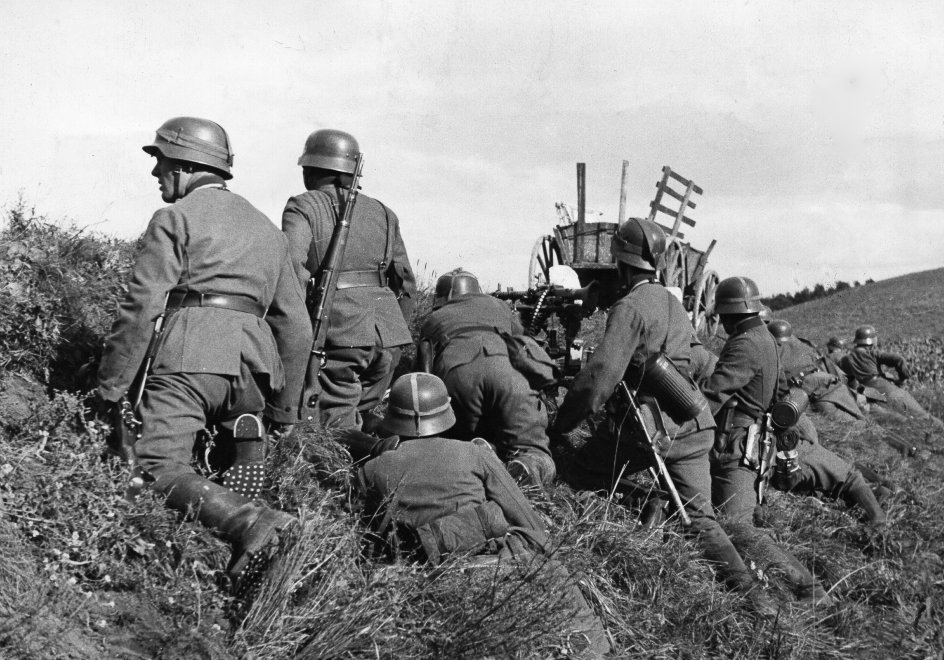 2. WW, campaign in Poland (Invasion) 01.-28.09.1939 :German infantry positioned along the roadside waiting for order to attack. 14.09.1939 , Category: POLITICS