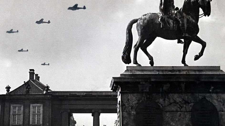 Den tyske besættelse 9. april 1940: Tyske fly ses over Amalienborg i København den 9. april om morgenen.