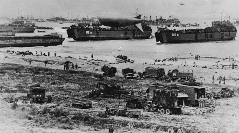 Den største armade, som verden endnu havde set blev sendt til Frankrig, 7000 skibe af enhvert art indgik i flåden, herunder 1200 krigsskibe, de bevægede sig i sommernatten 1944 under en paraply af 10000 kampfly og transportfly. Dertil 3500 svæveplaner. Operation Overlord var indledt.