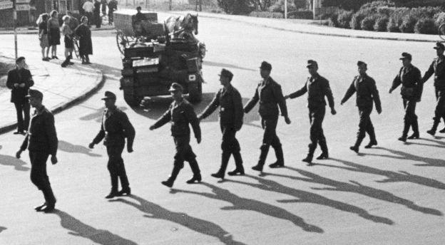 I gåsegang forlader de tyske tropper Danmark, frataget alt af værdi. Mange af dem har en lang tur foran sig, og om de nogen sinde når deres hjemegn, er vel et spørgsmål.
