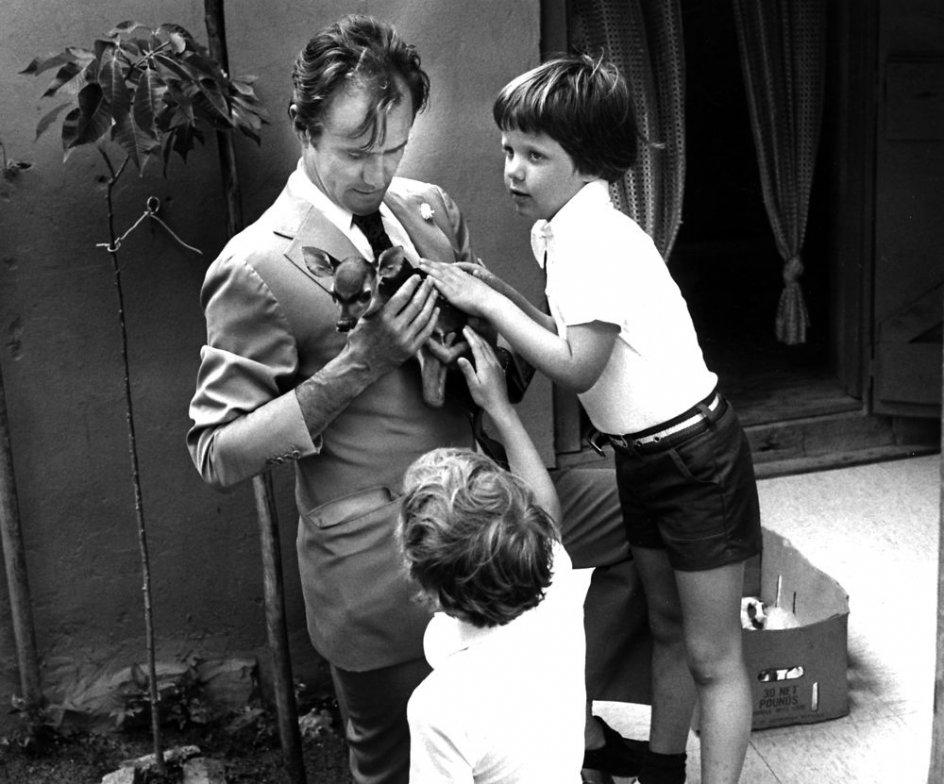Prins Henrik sammen med børnene prins Joachim og kronprins Frederik og et lille hjortekid
