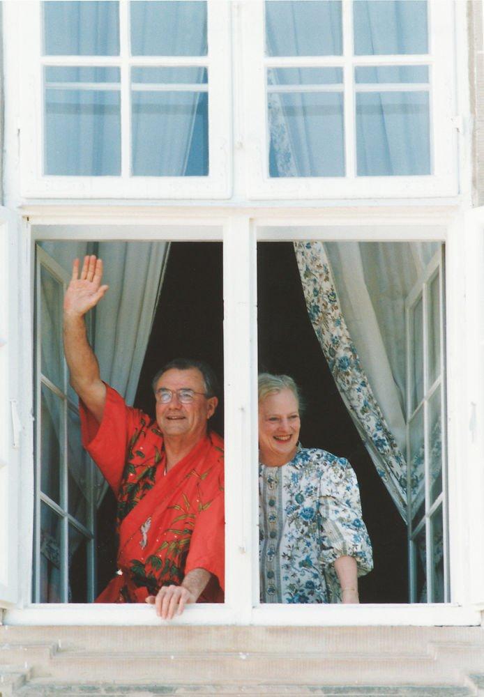 Dronning Margrethe II og prins Henrik i morgenkåber på Amalienborg i forbindelse med prinsgemalens 60 års fødselsdag i 1994.