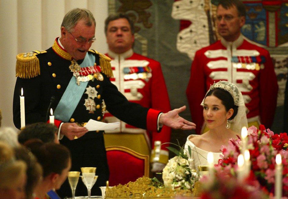 Fredensborg. Prins Henrik holder tale for kronprinsesse Mary under middagen i bryllupsteltet på plænen ved Fredensborg Slot fredag d. 14. maj 2004.