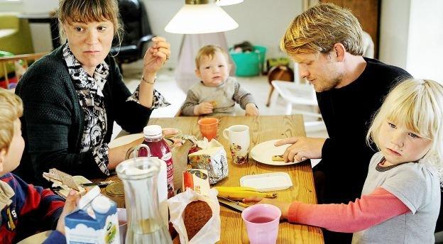 Katrine Romme og Anders Sejr Davidsen og deres tre børn flyttede fra København til Føns på Vestfyn for at kunne få et hus og have og mulighed for at være mest muligt udenfor i naturen.