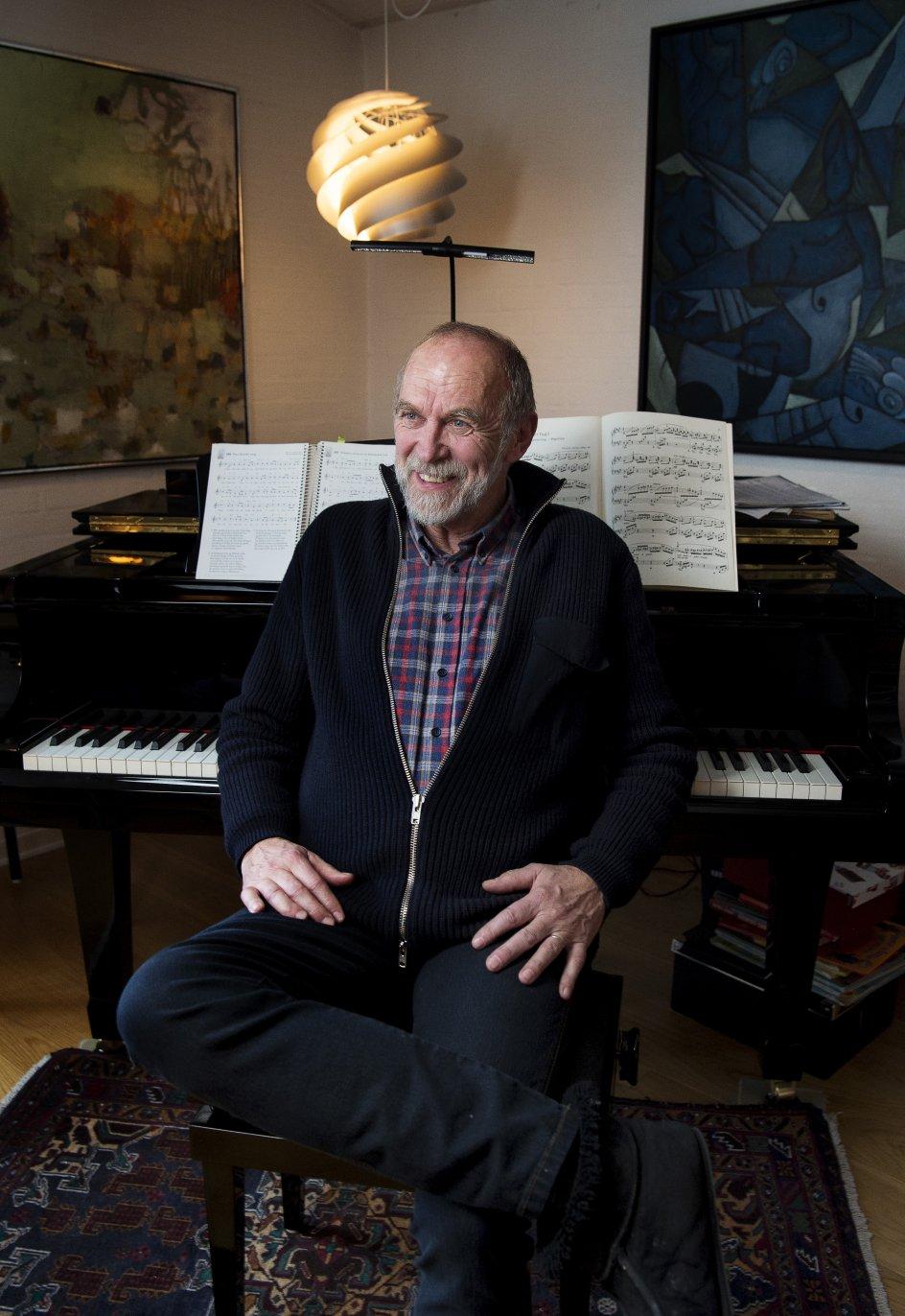 """Erik Sommer har komponeret et sted mellem 300 og 400 sange. Mange af dem er at finde i sangbøger, der bliver brugt til børn og unge. Melodien til """"Du, som har tændt millioner af stjerner"""", som han er mest kendt for, skrev han på en enkelt dag. –"""