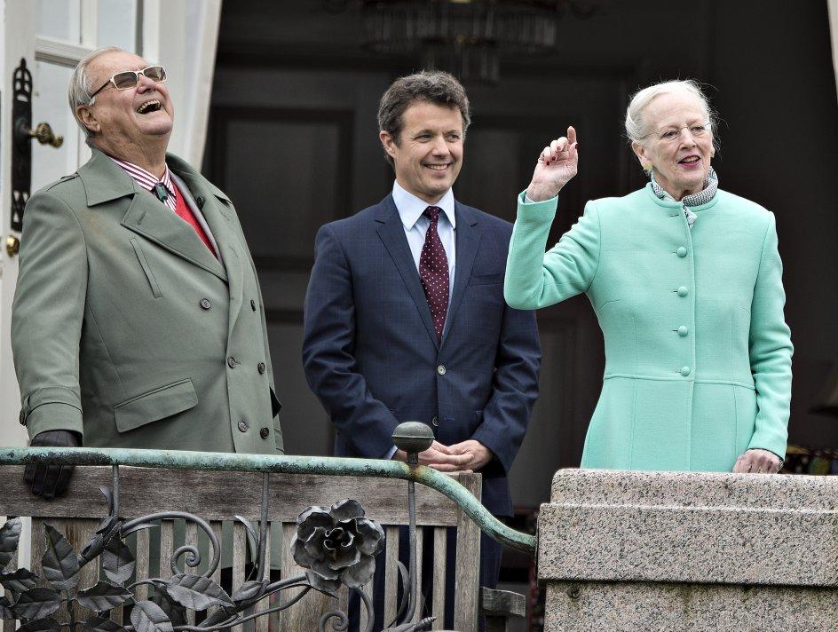 Hendes Majestæt Dronning Margrethe fejrede søndag d. 16. april sin 77-års fødselsdag på Marselisborg Slot sammen med børn og børnebørn. Her er Kongefamilien samlet på verandaen. Dronningen Margrethe og prins Henrik samt kronprins Frederik. (foto: Henning Bagger / Scanpix 2017)