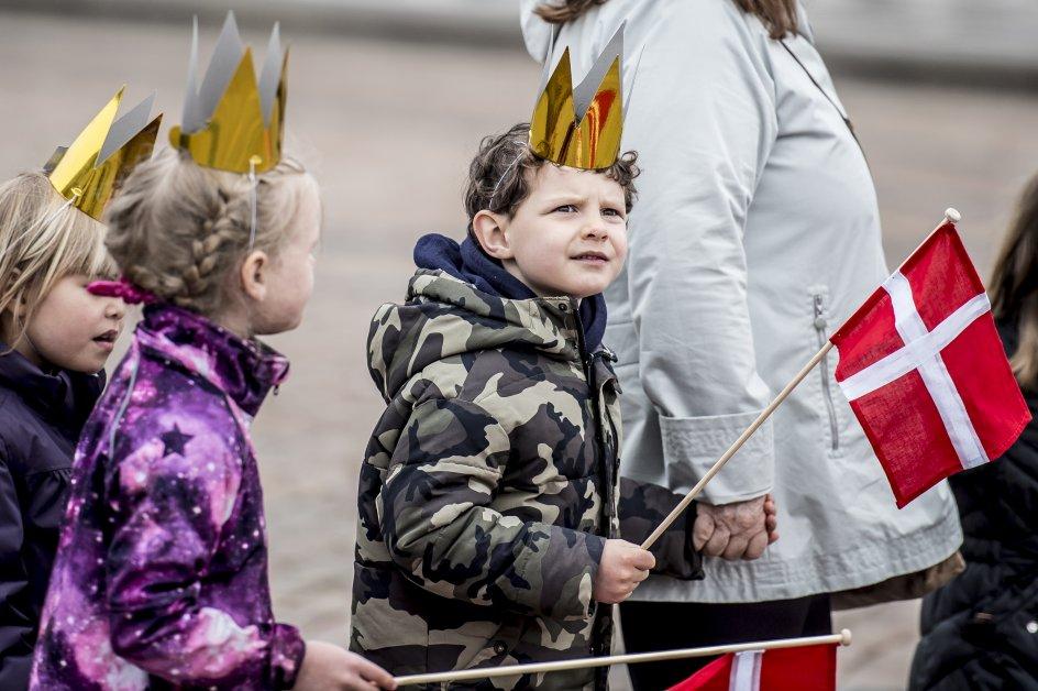 Mange folk er mødt frem for at hylde Dronning Margrethe, når hun hyldes på sin 78 års fødselsdag på Amalienborg Slotsplads i København, mandag den 16. april 2018.. (Foto: Mads Claus Rasmussen/Ritzau Scanpix)