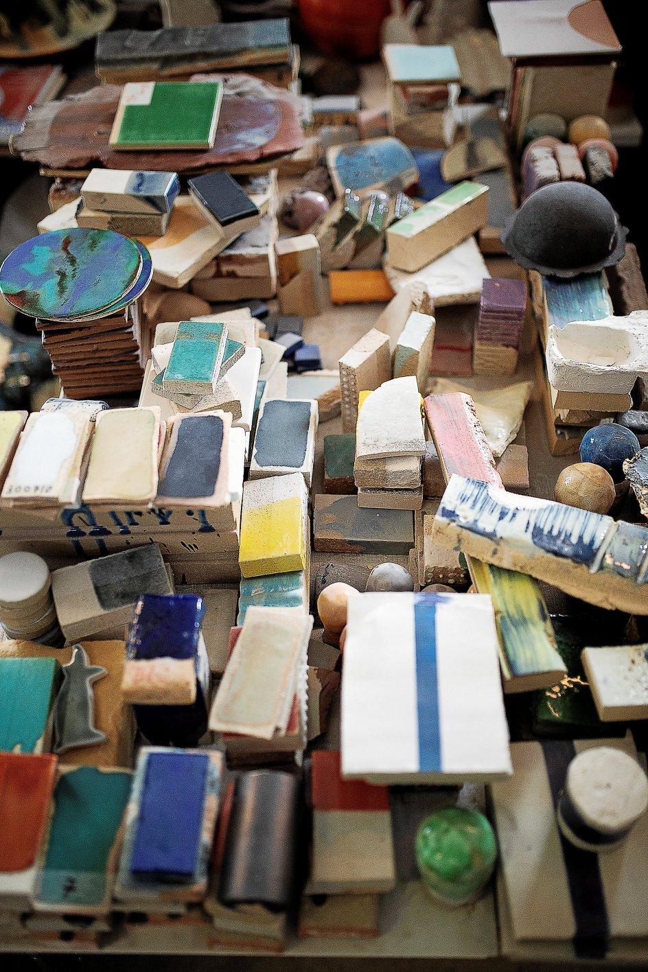 I Gunhild Rudjords glasurværksted afprøver hun forskellige former for glasur og begitning (mat lermaling) på forskellige overflader, så det matcher kunstnernes forestilling om det værk, de vil skabe.