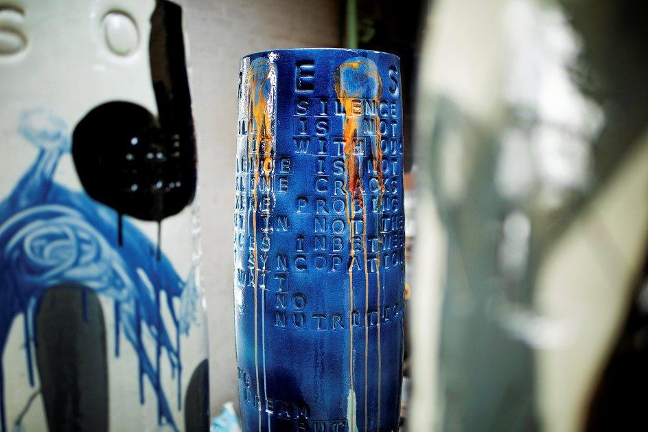 """Den norske kunstner Magne Furoholmen har for nylig færdiggjort fire krukker, hvoraf to skal til New York, én til Paris og én til Berlin. Keramikerne på værkstedet slipper værkerne, når de køres væk til deres endelige placering, siger Gunhild Rudjord: """"Det er noget af det sjoveste, at køre rundt i landet og så pludselig i forbifarten: Hov, der var den!""""."""