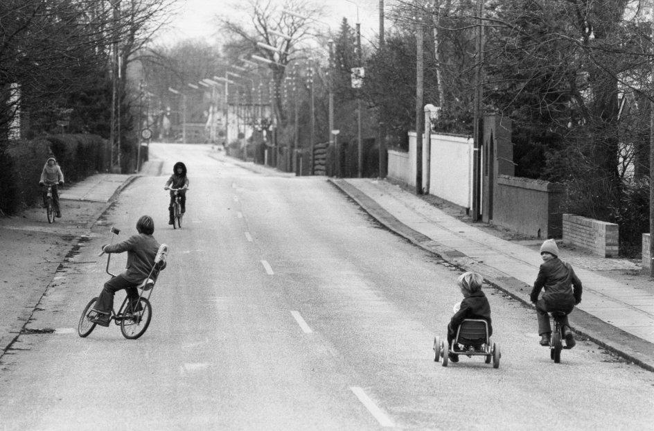 Sådan så en rolig søndag ud i 1973 i Vedbæk nord for København, da Danmark foranlediget af EF (forgængeren for EU) flyttede dagen fra ugens første til ugens sidste i kalenderen. Om søndagen kunne børn i øvrigt lege på kørebanen i 1973, fordi man havde indført bilfri søndag. –