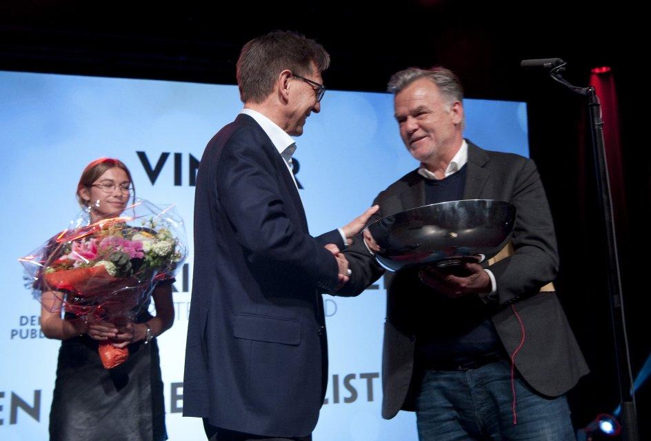 Kristeligt Dagblads chefredaktør, Erik Bjerager, får her overrakt Den Store Publicistpris