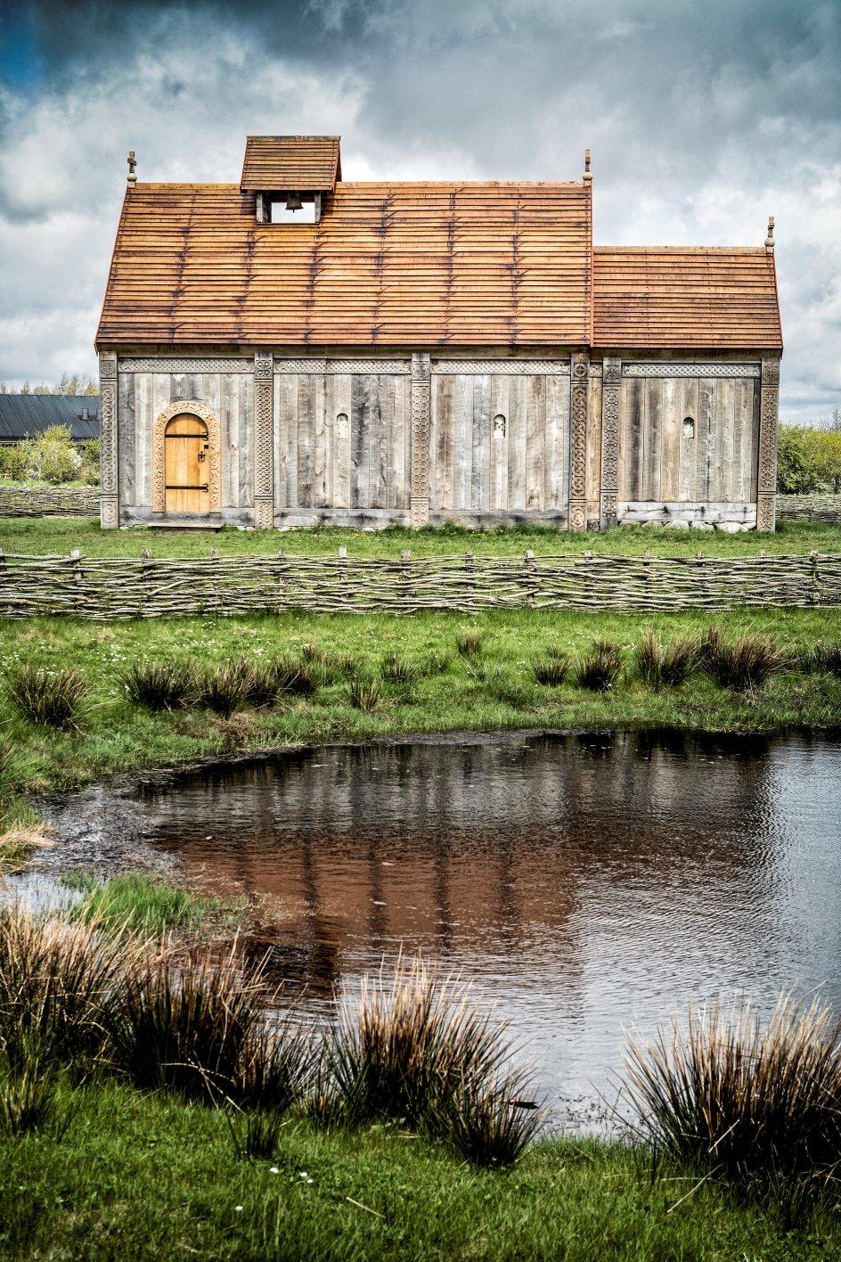 Både Ribe Stifts forhenværende biskop Elisabeth Dons Christensen og den nuværende biskop, Elof Westergaard, var med til indvielsen af Ansgar Kirke på Ribe VikingeCenter i går. Udgravninger omkring Ribe Domkirke har vist, at der var kristne danskere mindst 100 år tidligere, i 800-tallet, end hidtil antaget. Harald Blåtand rejste Jellingstenen omkring år 970. –