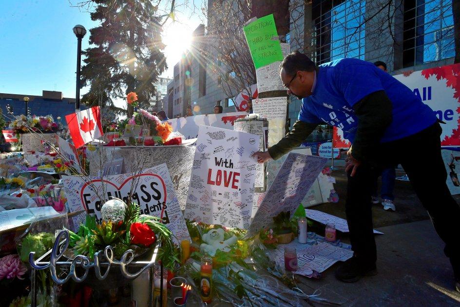 Torontos indbyggere har forsøgt at stå sammen i sorgen og chokket over drabet på 10 mennesker i en af byens forstæder. Her føjer en mand en ny mindehilsen til de mange, der allerede er placeret på Mel Lastman Torvet, som ligger lige bag Yonge Street, hvor den 25-årige Alek Minassian gik amok med en varevogn. –