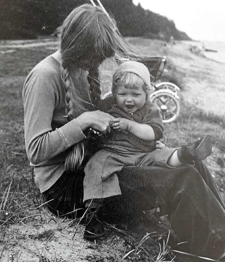 Gamle fotografier kan forevige udseendet på dem, vi elsker. Med podcasts kan man også gemme deres stemmer og historier. Her ses Gunna Drachmann med datteren Tanja ved Limfjorden i 1974. –