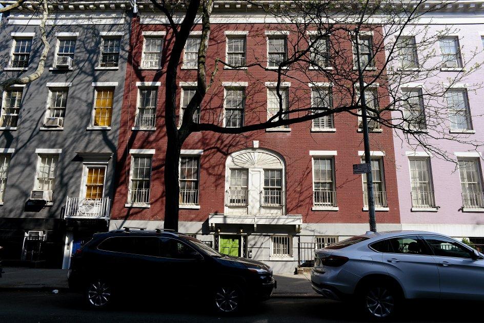 """Huset, der har givet Salman Rushdies roman titel, og den karré, det ligger i, er højst virkeligt. Det ligger i Greenwich Village og skjuler bag facaden en storslået have, der spiller en vigtig rolle i romanen. Husets nuværende ejere er venner med Salman Rushdie, og """"Det gyldne hus"""" er dedikeret til dem. Tidligere boede Bob Dylan i ejendommen. –"""
