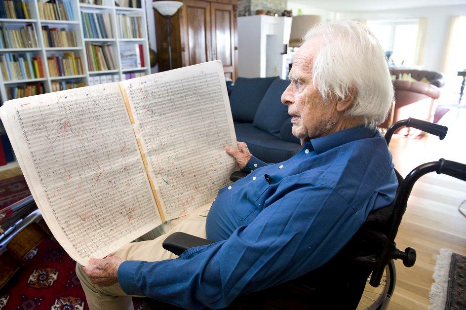 Poul Erik Deckert,musikpædagog,komponist,dirigent,musiker og underviser. Oppe i 90 års alderen er han satdig arbejdsaktiv. Fotograferet i hjemmet ved Malling.