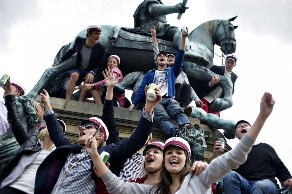 Nyslåede studenter fejrer huen på Kongens Nytorv i København fredag den 24. juni. (Foto: Marie Hald/Scanpix 2011)
