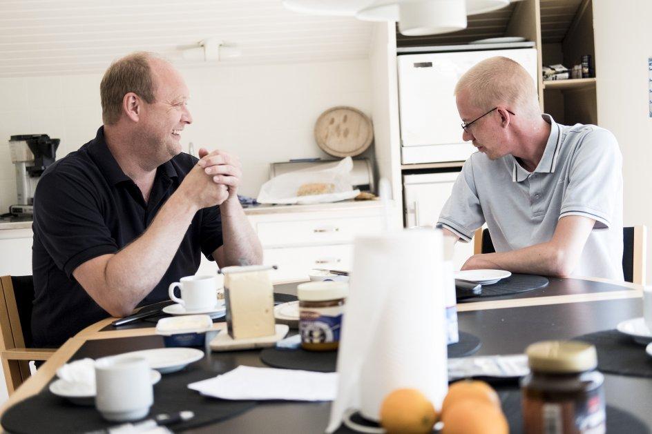 """Martin Jensen (til højre) ses her sammen med sin arbejdsgiver Steffen Larsen (til venstre). """"For mig personligt har det været en fantastisk oplevelse at se, hvordan Martin har forandret sig,"""" siger Steffen Larsen."""