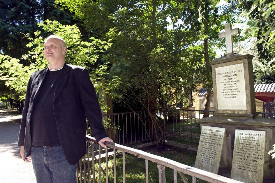 Anders Dræby,psykolog. har skrevet bog om eksistentiel filosofi og psykologi. Fotograferet ved Søren Kierkegaards grav på Assistens Kirkegård i København.