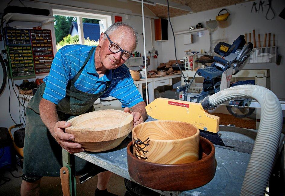 I sit værksted transformerer Jørn Anderson træstubbe til smukke skåle, fuglefoderbrætter og fade. –