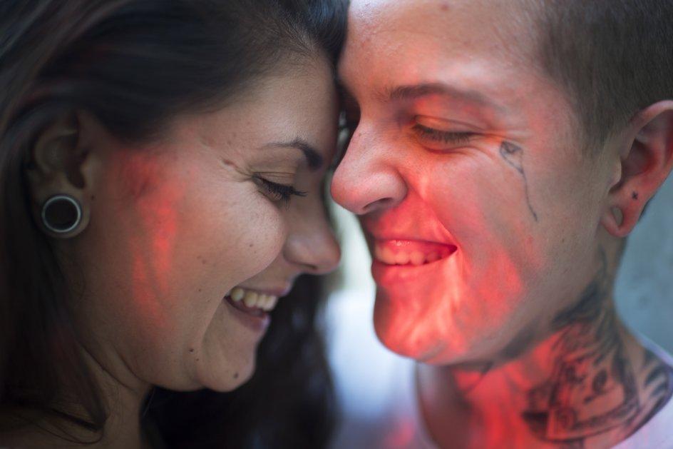 Sika og Noah Skaalum fotograferet til en artikel i forbindelse med Pride 2018.