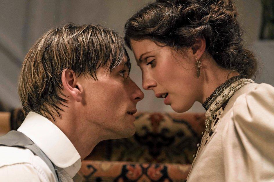 Esben Smed og Katrine Greis-Rosenthal spiller rollerne som de fortabte elskende, Per og Jakobe. – Fotos: Rolf Konow/Nordisk Film Distribution.