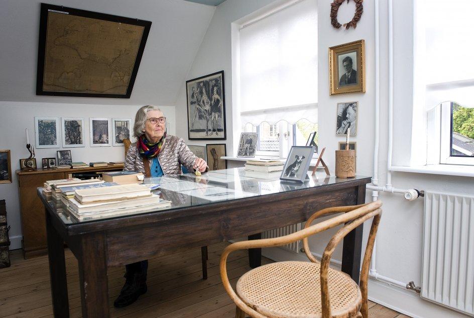 Tom Kristensen, forfattter. re-foto af gamle billeder, blandt andet i selskab med Karen Blixen. Tom Kristensens mindestuer, men hans steddatter. Gravstedet på Thurø Kirkegård.