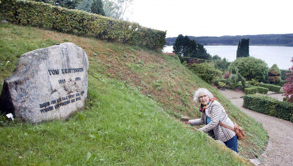 """Tom Kristensen har fået den bedste plads på Thurø Kirkegård med udsigt over sundet mod Svendborg. Og hans gravsten er ikke for ingenting omgivet af græs, for på stenen står der """"Bøjer mig så dybt som jeg kan vokser min verden sig stor"""" – fra digtet """"Græs"""". –"""