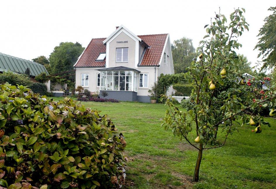 Mange digtere har i tidens løb snakket og drukket her i haven bag Tom Kristensens gamle hus, Torelore.