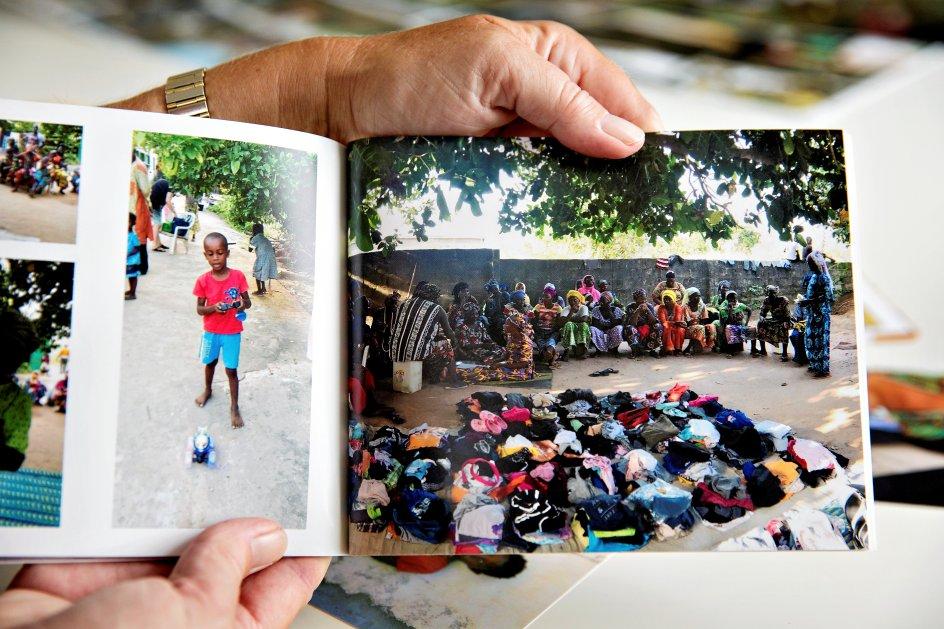 Bestilt optagelse til Kr. Dagblad. Eva Naur fra Ringkøbing bruger det meste af sin tid på sine mange fadderbørn og fadderstuderende i Gambia, hvor hun er kommet gennem en årrække. Hun har besøgt landet 38 gange og har masser af billeder, bøger og minder fra stedet. På billedet ses en fordeling af tøj, som Eva har haft med fra Ringkøbing. Fredag d. 7.9.18.
