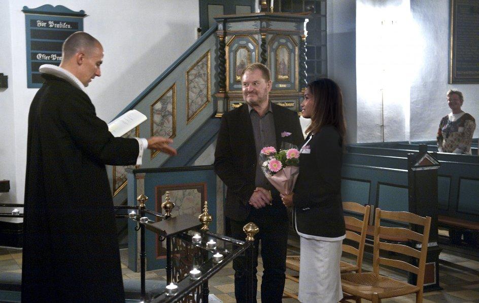 Stefan Schaldemose og May Yapa er borgerligt viet på rådhuset, men i går blev de gift endnu engang. Nu er de da helt sikre på, at de er gift, siger de.