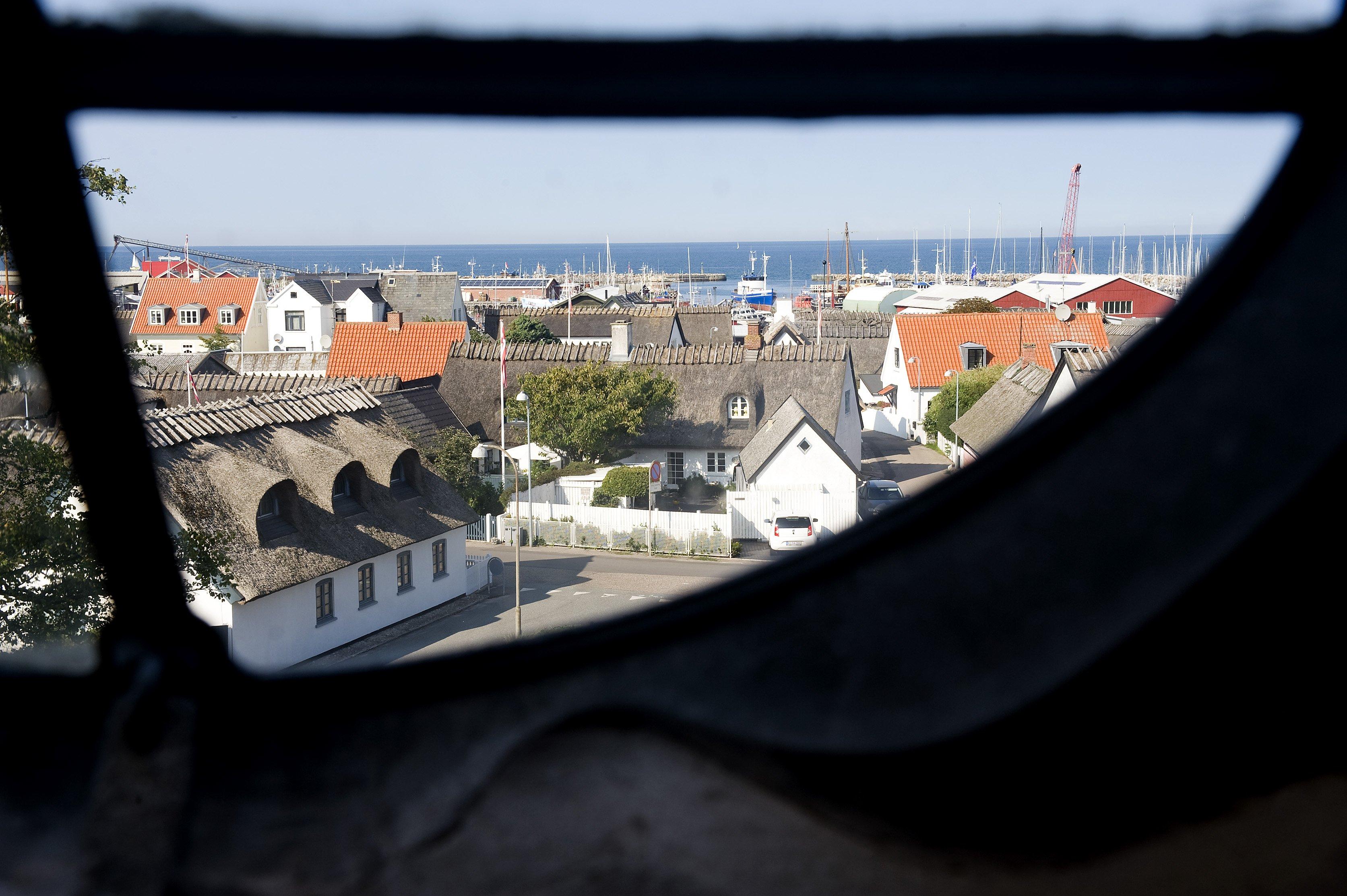 Mange jøder ankom i efteråret 1943 til Gilleleje, da der gik rygter om, at man herfra kunne komme med både til Sverige. Udover kirken hjalp mange lokale borgere i havnebyen til.