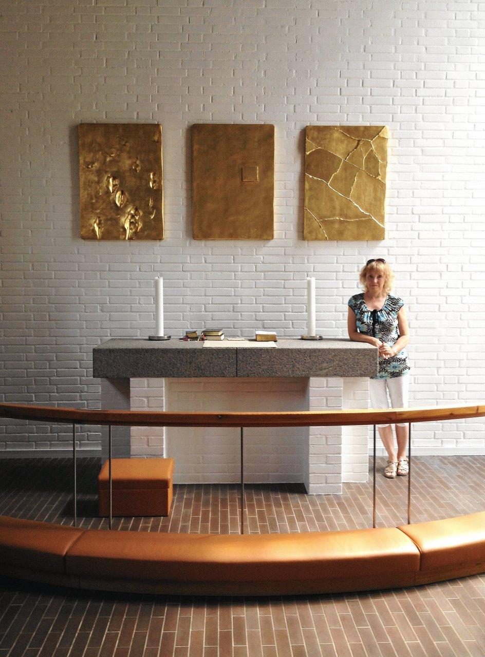 Den lille Dokkedal kirke i Himmerland fra 1965 har kun 70 siddepladser, men kirkerummet med Hein Heinsens tre forgyldte altertavler hører til en af de smukkeste af Holger Jensens kirker. Altertavlerne repræsenterer noget af det mest ekstreme i nonfigurativ kirkekunst.