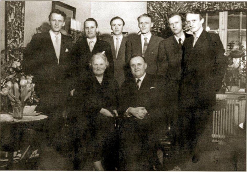 Holger Jensen (stående tv.) var næstældst af seks brødre, hvoraf de tre blev præster. Faderen P.L. Jensen (siddende th.) var i mange år præst ved Esajaskirken i København. – Privatfoto.