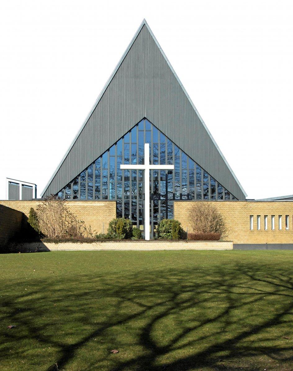 Husumvold Kirke ved Utterslev Mose i København blev indviet i 1960. Her har Holger Jensen ladet sig inspirere af de gamle nordiske stavkirker. –