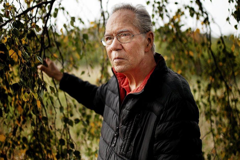 """""""Hvad hjertet er fyldt med, flyder poesien over med,"""" siger digteren Klaus Høeck, der åbner sit eget hjerte i digtsamlingen """"My Heart"""". Her ses han ved hjemmet i Veflinge på Nordfyn. –"""