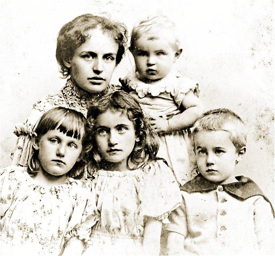 Forfatter Agnes Henningsen med børnene Poul (PH) på armen, og forrest fra venstre Esther, Elli og Tage. –