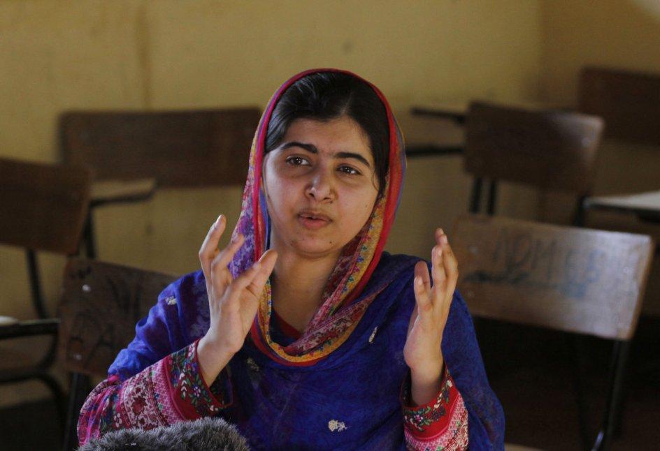 """FN's generalsekretær, António Guterres, har mandag udnævnt nobelprismodtager Malala Yousafzai til fredsambassadør for FN. Udnævnelsen får hun for sit arbejde for pigers uddannelse. Det skriver nyhedsbureauet Reuters. /RITZAU 11. APRIL 2017/ (foto) Nobel laureate Malala Yousafzai speaks to the Associated Press in Dadaab refugee camp, Kenya, Tuesday, July 12, 2016. Yousafzai visited the world's largest refugee camp on her 19th birthday and voiced concern that Kenya's plans to close it could create """"a generation lost."""" (AP Photo/Khalil Senosi)"""