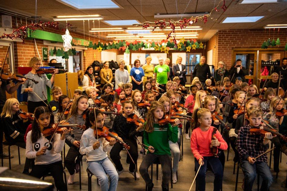 Børnene er med i projektet OrkesterMester, som musikhandlingsplanen giver støtte til – et initiativ, der skal give børn i folkeskolen rundt omkring i Danmark bedre musikalske udfoldelsesmuligheder.