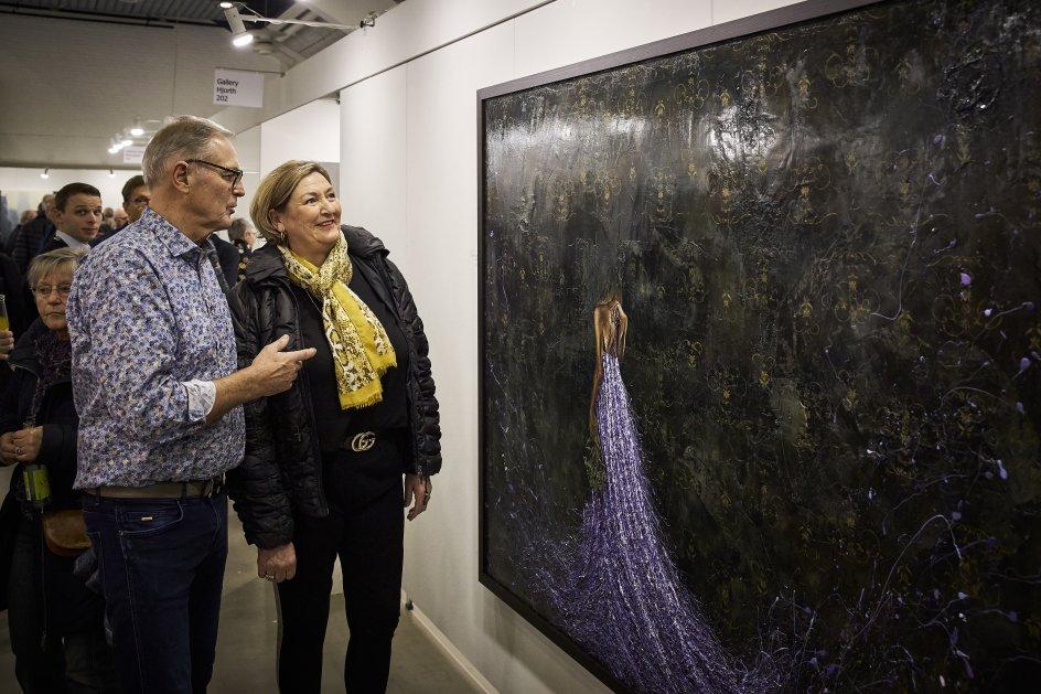 """Skal/skal ikke. Ægteparret Gitte Hornshøj Laugesen og Arne Laugesen fra Herning var fristet af June Jin Engelharths store maleri """"With a vast amount of diet"""", men både størrelse ( 168x208 cm) og pris (68.000 kr.) skulle først overvejes. –"""