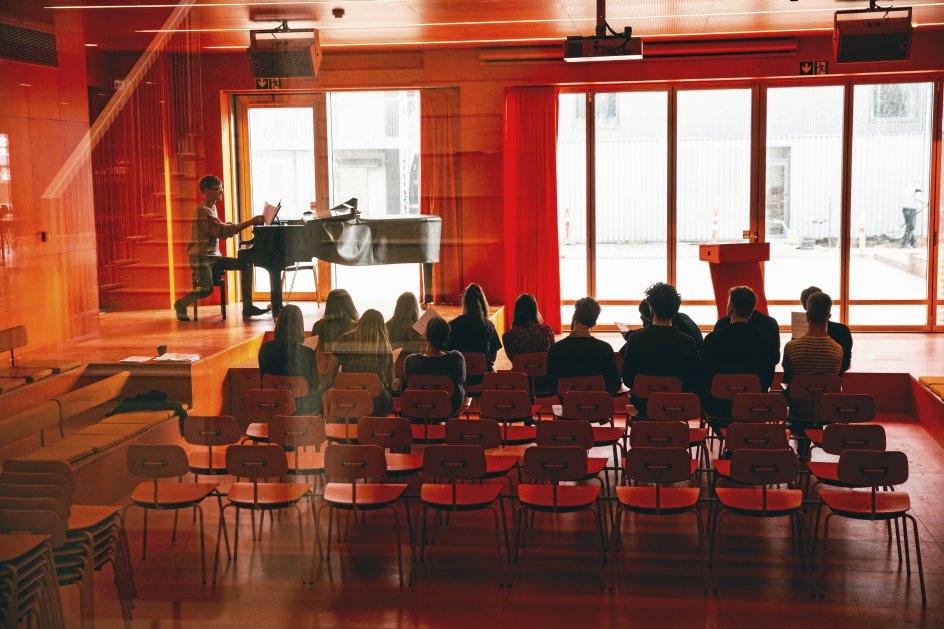 """Eleverne på Roskilde Festival Højskole er i færd med at omdanne Nephew-sangen """"At dø er at rejse"""" til deres egen indvielsessang. -"""