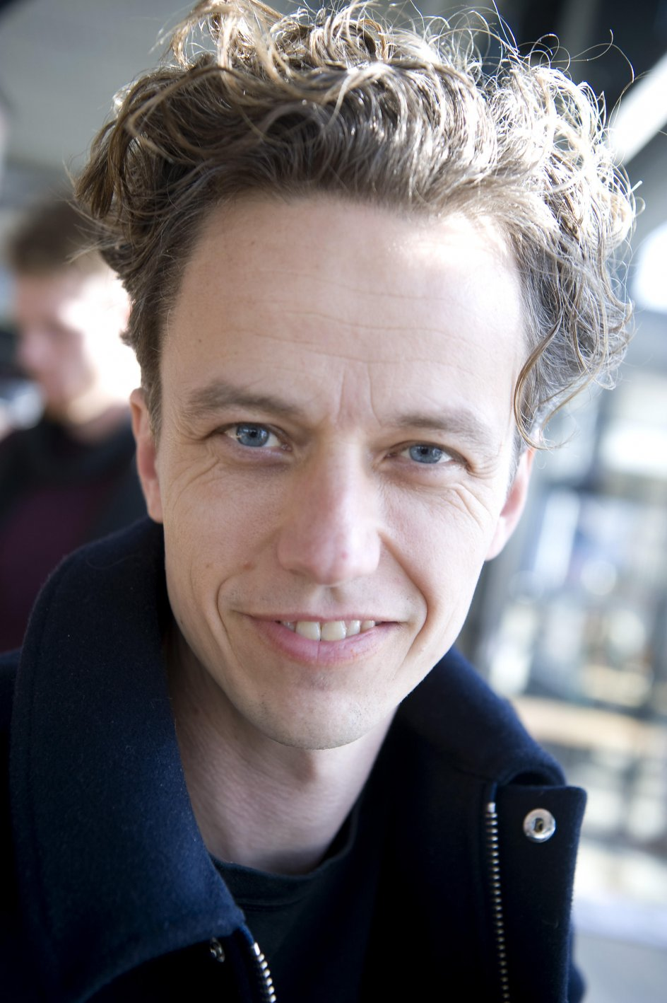 Anders Haahr Rasmussen, journalist og forfatter. Fotograferet i Torvehallerne blandt andre mænd.