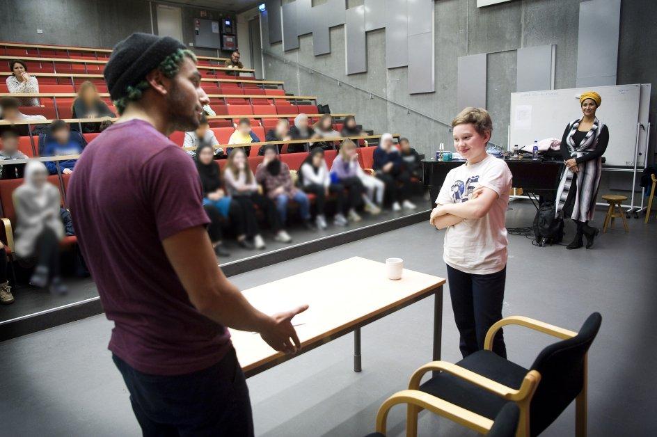 Argumenterne blev grundigt testet af skuespillerne fra Creactor, da eleverne på skift forsøgte at bløde op for den fiktive diskussion, der på et øjeblik handlede om Israel og Palæstina. Efter aftale med Carolineskolen er eleverne i baggrunden blevet sløret.