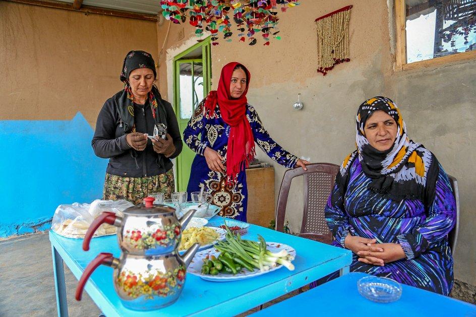 I Jinwar bydes man velkommen af store smil, kram og frisklavet frokost, som nogle af byens ildsjæle, Siham Ali, Razya Seno og Gihan Derwishs, serverer.