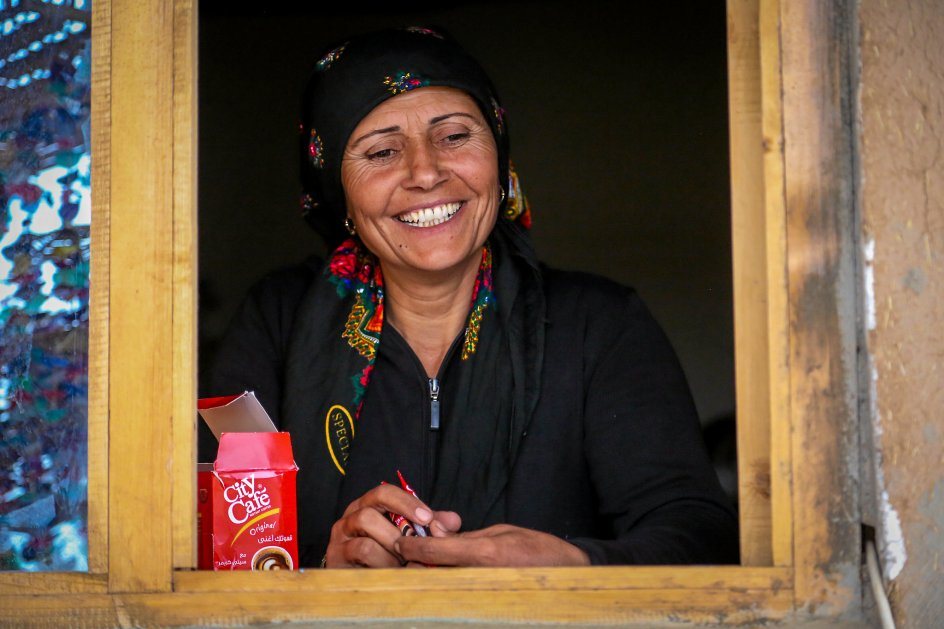 Den 39-årige Siham Ali måtte i begyndelsen ikke deltage i Rojavas kvindelige revolu-tion for sin mand. Nu kommer han selv i byen for at hjælpe til, fortæller hun grinende.