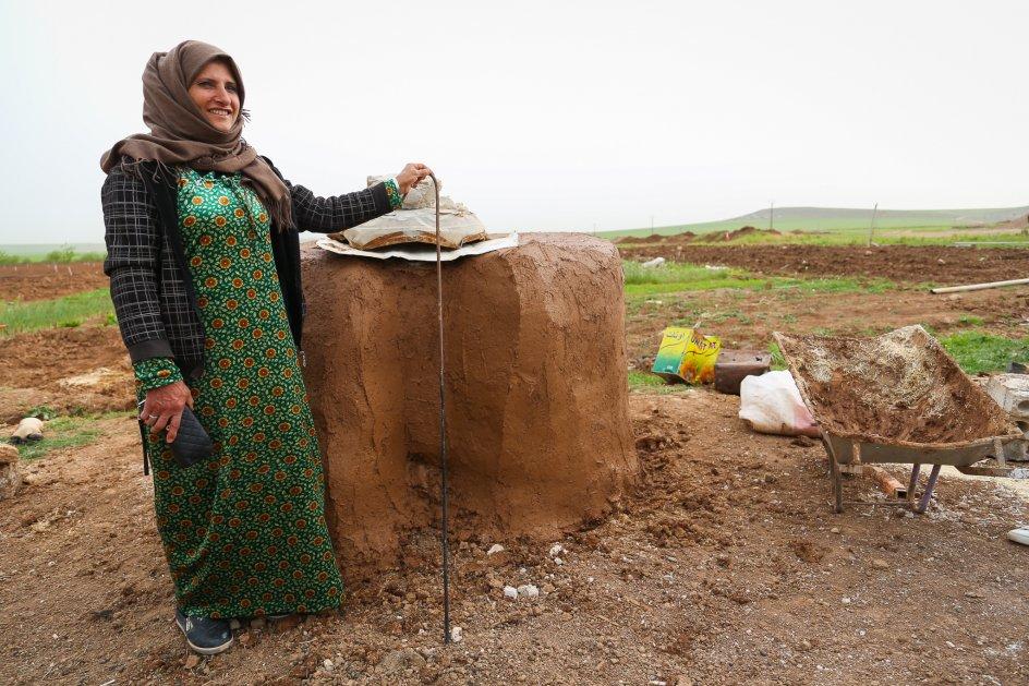 """""""Ingen skal blande sig i, hvordan jeg laver min stenovn,"""" slår 38-årige Zainab fast her foran resultatet, der ikke blev bygget uden problemer med de lokale mænd."""